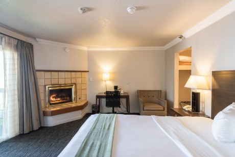 Cannery Row Inn: King Fireplace